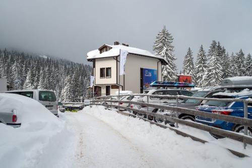 Снежна пътека води до дома